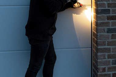 Garażowe bramy segmentowe bardziej bezpieczne z wyposażeniem zabezpieczającym