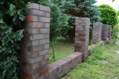 Klinkierowe ogrodzenie z gotowych elementów budowlanych
