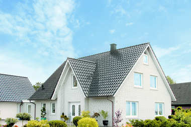 Dlaczego warto wybrać dachówkę ceramiczną na pokrycie dachowe