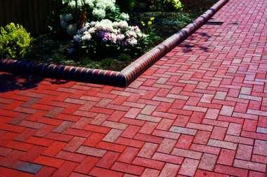 Klinkierowe cegły i kostki brukowe: sposób na piękne otoczenie domu